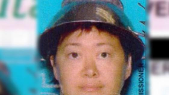 Una mujer usa un colador de fideos en su cabeza para el carnet de conducir