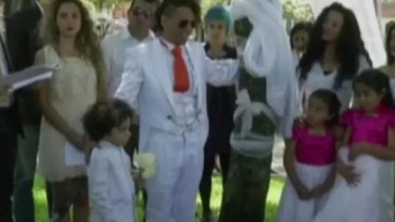 Un hombre se casa con un árbol en Colombia