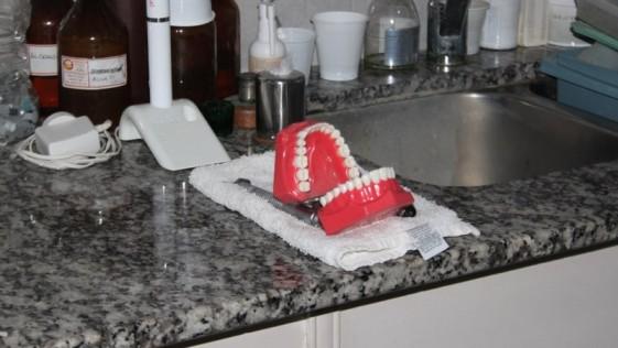 Roban a un dentista y le dejan una dentadura postiza riéndose