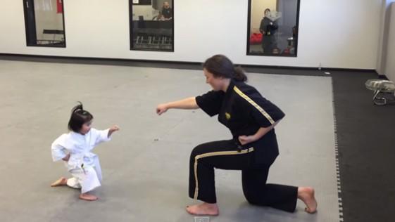Niña de tres años experta en artes marciales sorprende en la Red