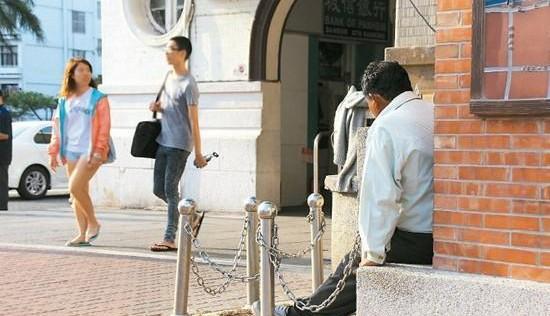 Hombre lleva esperando 20 años a su cita con una mujer