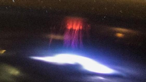 Captan un enigmático espectro rojo con forma de medusa sobre México
