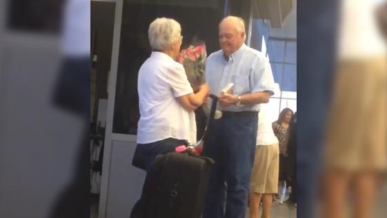 Anciano recibe a su mujer con un ramo de flores en el aeropuerto y emociona al mundo