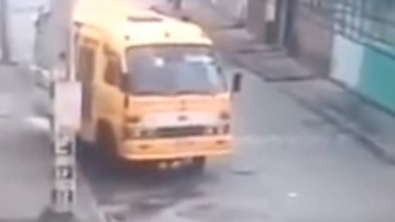 Autobús sin conductor arranca solo y provoca un accidente en Colombia