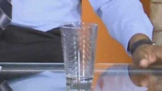 ¿Fantasma mueve un vaso en un programa en directo?