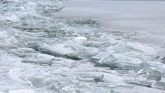 ¿Miles de cristales rotos en un lago?