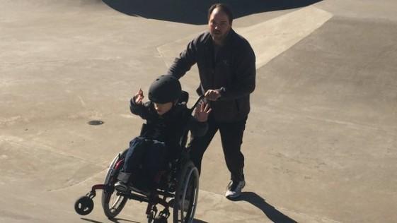 Padre lleva a su hijo con parálisis a una pista de skate y esto fue lo que pasó
