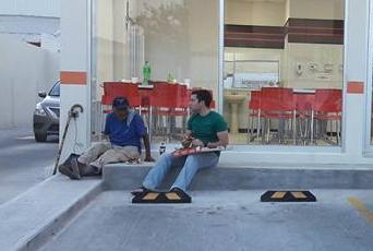 Un joven comparte su pizza con un desconocido y conmueve a los ciudadanos