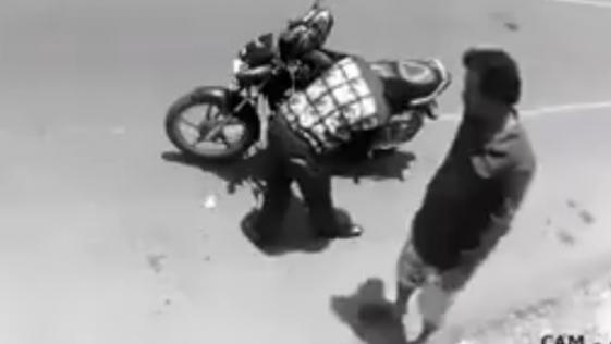 Un ladrón pide perdón al darse cuenta que está siendo grabado