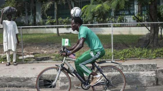 Futbolista recorre 103 kilómetros con un balón en la cabeza