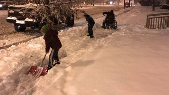 El hermoso gesto de dos niños ayudando a un hombre en silla de ruedas
