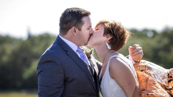 Una novia usa un disfraz de dinosaurio en su boda