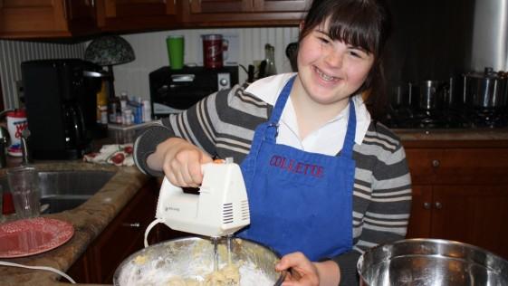 Abre su propia panadería tras ser rechazada por tener Síndrome de Down