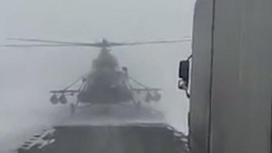 Un piloto de un helicóptero se pierde y baja a la carretera a preguntar