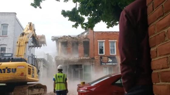 Expertos en demoliciones derriban el edificio equivocado