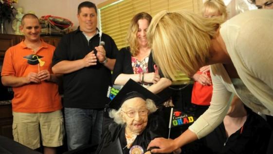 Con 105 años recibe diploma de secundaria
