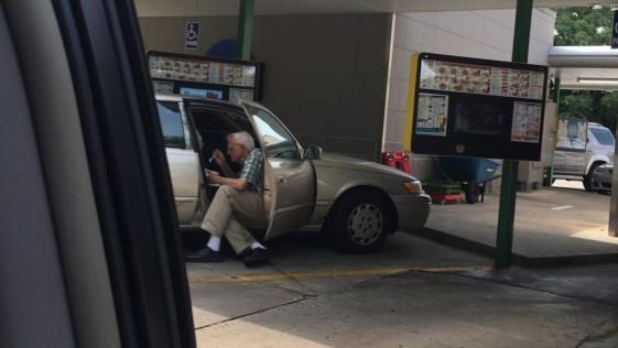 La demostración de amor de este anciano con su esposa