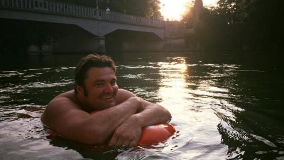 Un hombre cansado del tráfico decide ir nadando al trabajo todos los días