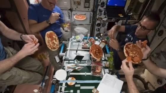 Así se hacen los astronautas una pizza en el espacio