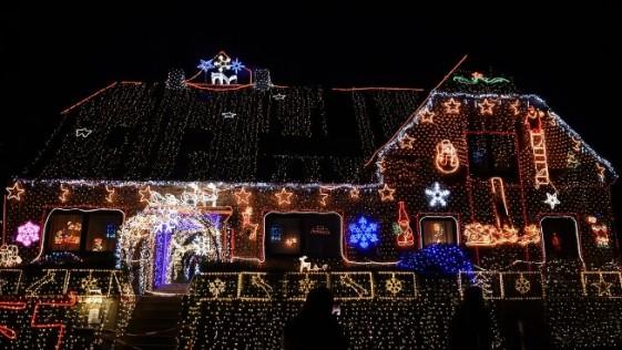 Una familia compra 530.000 luces de Navidad para decorar su casa