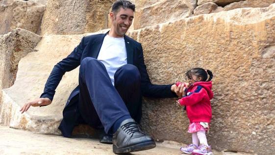 El hombre más alto del mundo y la mujer más pequeña del mundo