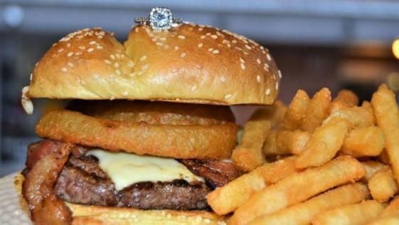 Un restaurante vende una hamburguesa por 2.500 euros que incluye un anillo de compromiso