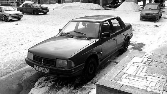 Un coche Moskvitch y fútbol