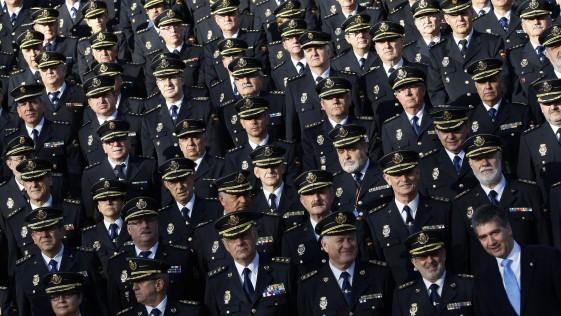 Cuatrocientos comisarios contra cuatro