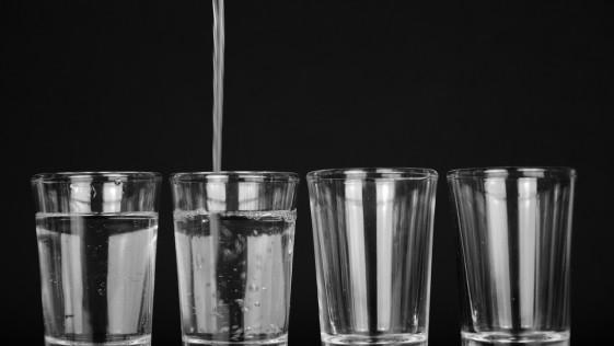 ¿Es un mito beber ocho vasos de agua por día?