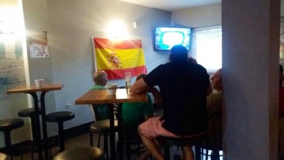 Vascos y catalanes con España
