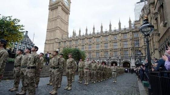 Así reciben en Londres a sus militares de Afganistán: en el Parlamento