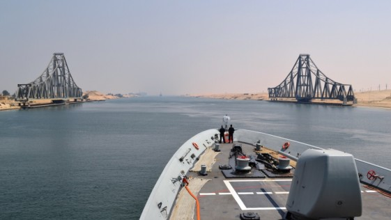 """La fragata """"Cristóbal Colón"""" (F-105) atraviesa el Canal de Suez"""