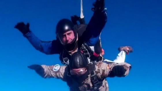 Vídeo: el jefe del Ejército del Aire se lanza en paracaídas en Murcia
