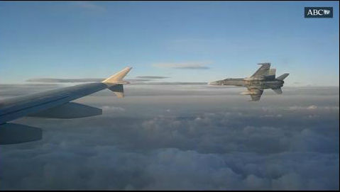 Así escolta un F-18 del Ejército al avión en el que viaja el Rey