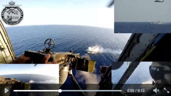 Así destruye un helicóptero de la Armada una patera de la inmigración ilegal