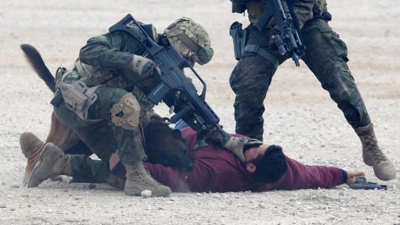 El Rey, con los «boinas verdes» en un ejercicio antiyihadista en el cuartel del MOE