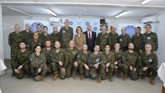 Cospedal visita a los 20 militares españoles desplegados en la República Centroafricana