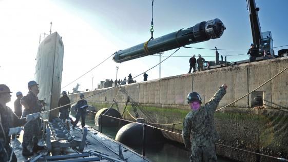 El submarino de propulsión nuclear «California», de maniobra en Rota