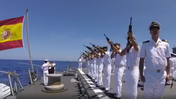 La fragata Cristóbal Colón rinde tributo a los caídos en la Guerra de Cuba