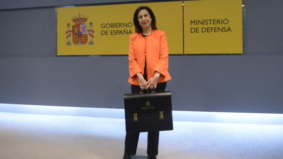 Ministra Robles: una toma de posesión con Carme Chacón en la memoria