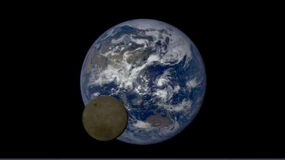 La Luna, captada al pasar frente a la Tierra