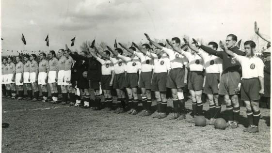 La selección española, con el brazo en alto