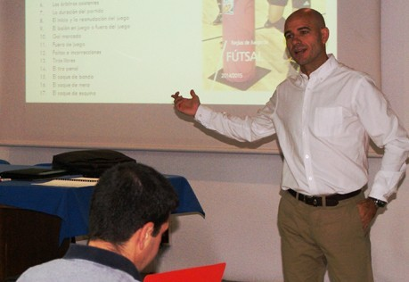 Fernando Gutiérrez y Alberto Lope, en el curso de árbitros de ECM fútbol sala
