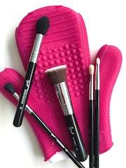 ¿Un guante con 8 texturas para limpiar las diferentes brochas de maquillaje?