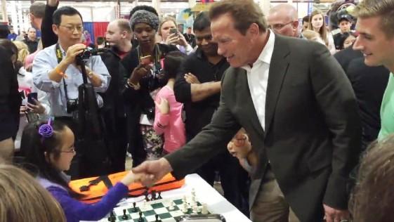 Una niña de ocho años le da una paliza a Schwarzenegger