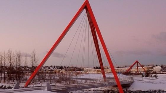 Dos puentes colgados de dos pirámides: diseño bello en Islandia