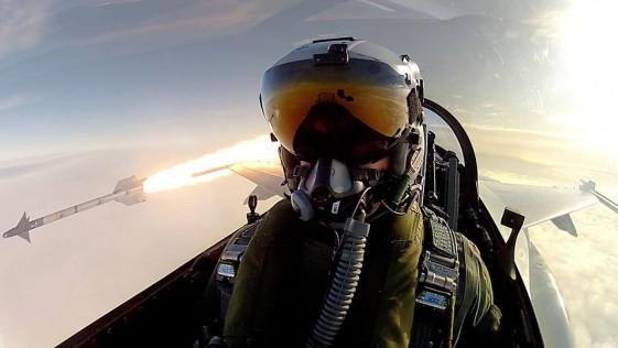 Un piloto de combate se hace un selfie mientras dispara un misil