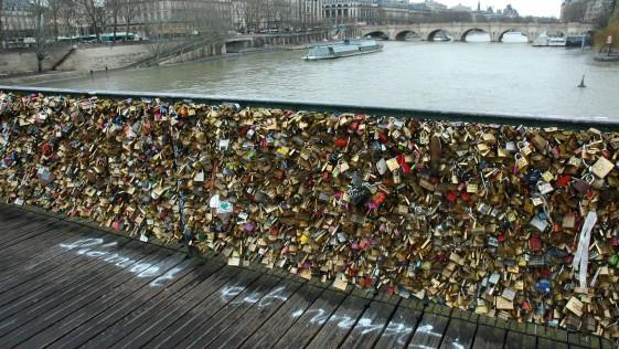 En París quieren prohibir los candados del amor