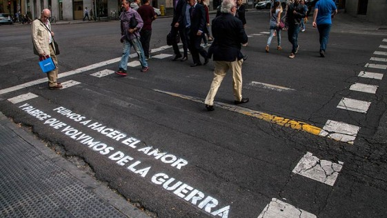 El origen de los versos que iluminan los pasos de cebra de Madrid