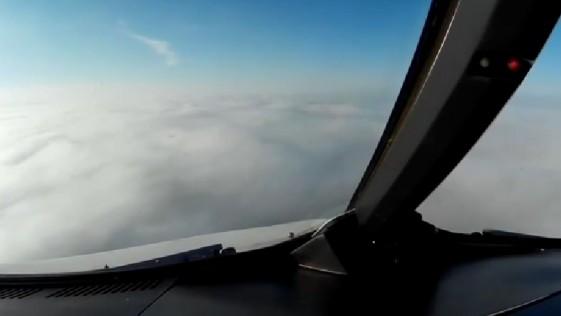 El aterrador aterrizaje de un avión en un mar de niebla